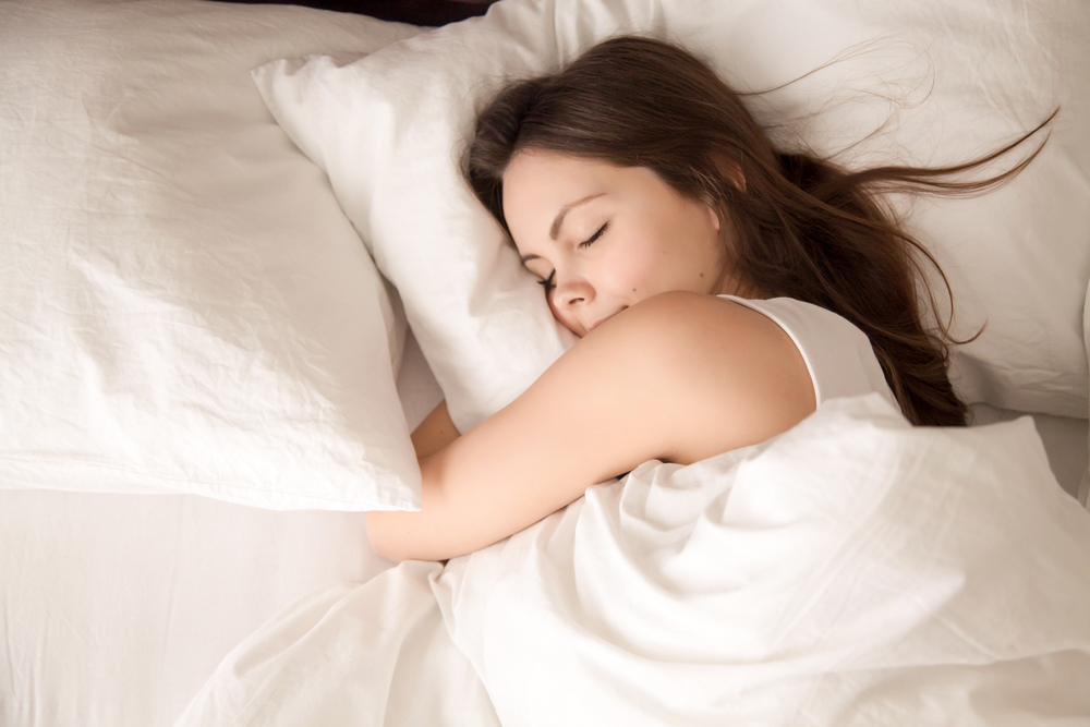attraktive junge Frau gut schlafen